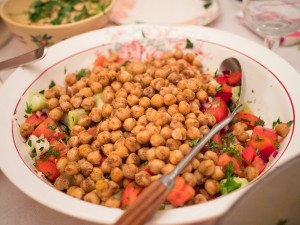 Würzige Kichererbsen mit buntem Salat