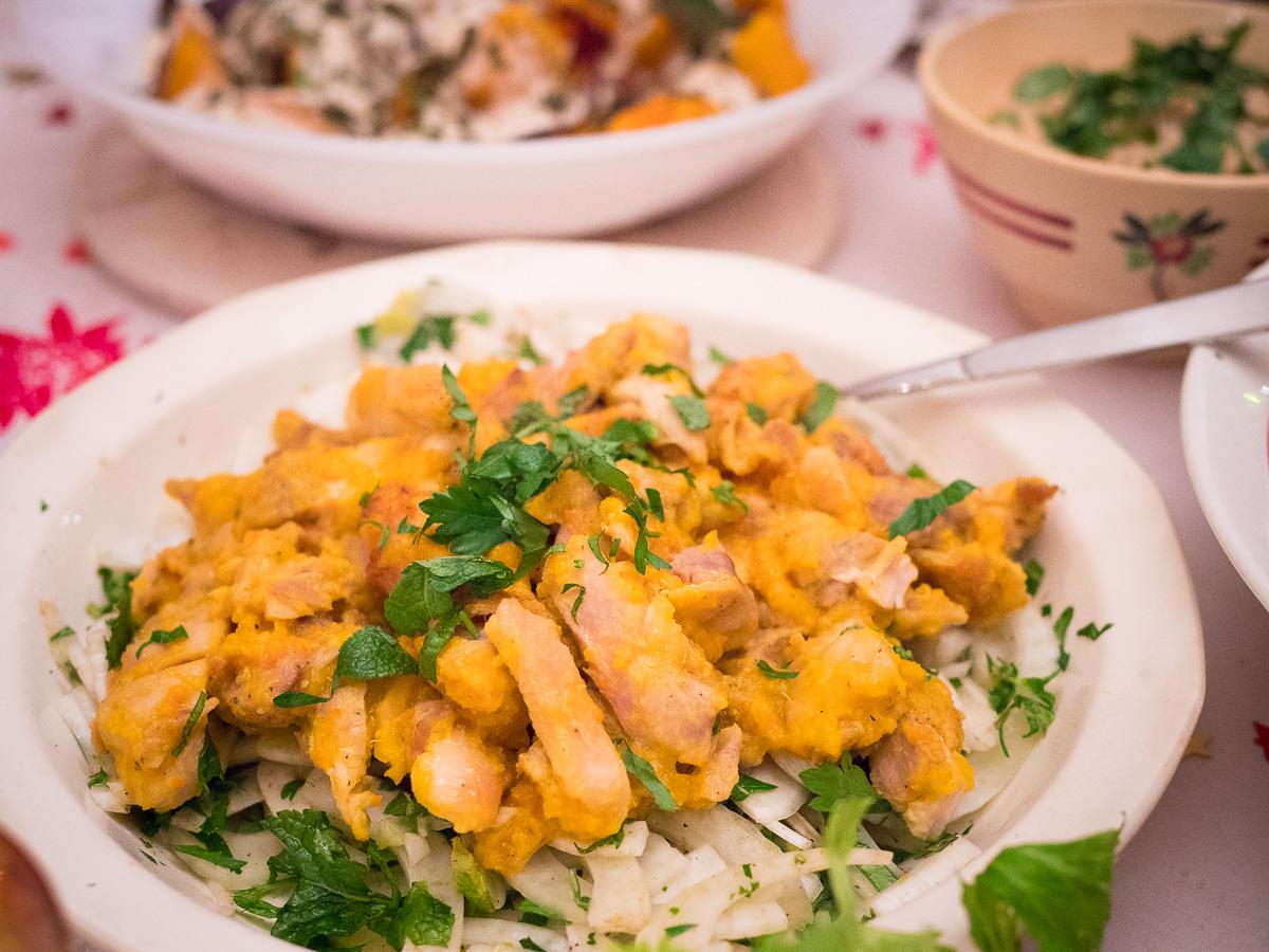 Salat mit Safranhähnchen & Kräutern